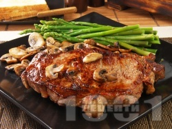 Вкусен сочен свински котлет / каре на тиган с марината от бяло вино и горчица с гъби и аспержи - снимка на рецептата